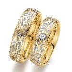 Bijzondere trouwringen met houtnerf diep liggend in wit goud