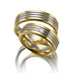 Strakke set trouwringen van geelgoud met witgouden baan