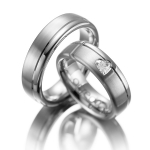 Trouwringen met een hartvormig geslepen diamant in de ring