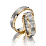 Leuke set trouwringen randen twee maal vijf diamanten 0.05ct