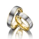 Mooi ontwerp trouwring 18 krt geel- en witgoud 6 diamanten