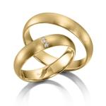 Gematteerde Geelgouden trouwringen. Wrijfzetting drie diamanten 0.008ct