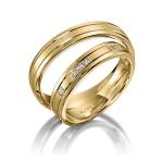 Geelgouden trouwringen. Twee V voegen en 6 diamanten pavé